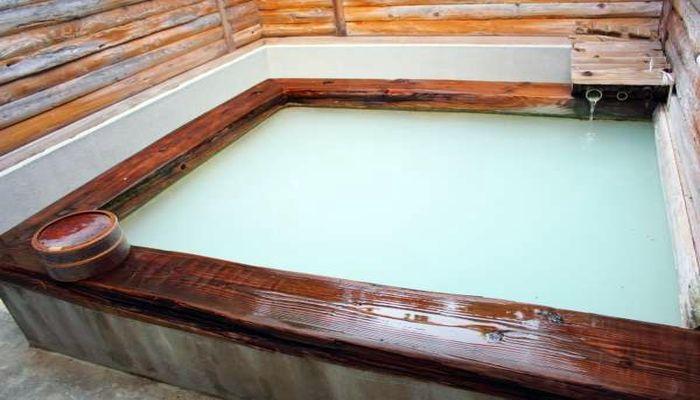 乳白色の露天風呂