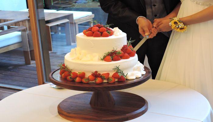 新郎新婦によるケーキカット