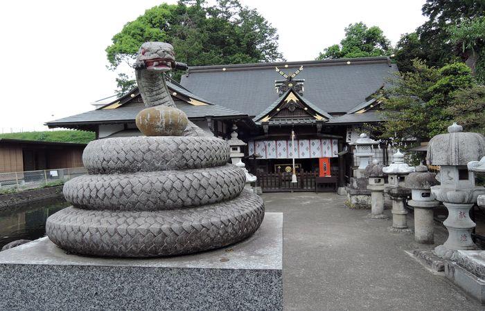 白蛇辨財天(狛蛇と拝殿)