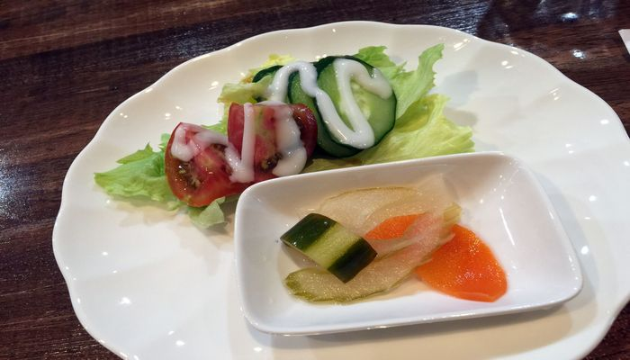ピクルスと野菜サラダ
