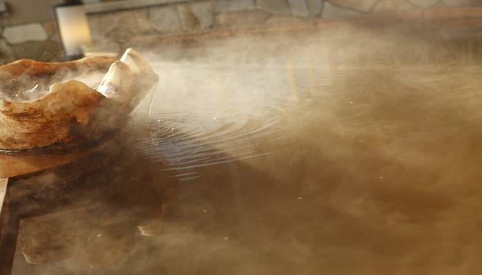 赤茶色の温泉
