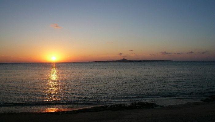 備瀬の海に沈む夕日