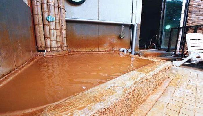 茶褐色の温泉露天風呂