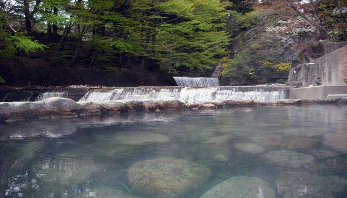 河原に掘られた露天風呂