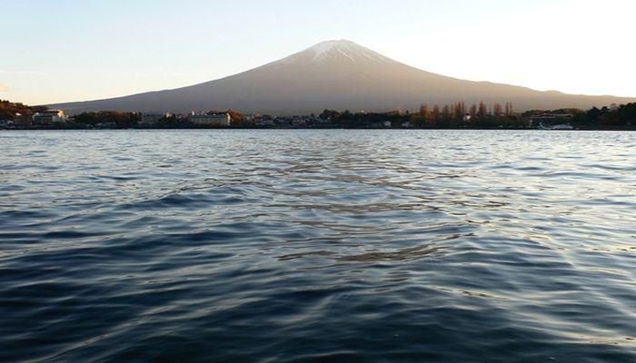 河口湖畔から見る富士山