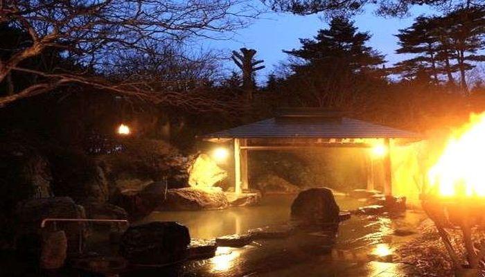 篝火が灯る露天風呂